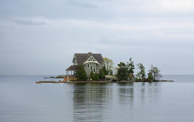 水辺に浮かぶ家