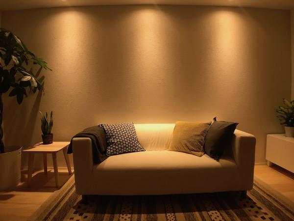 オンザウォールを使用し、間接照明で陰影を付けた壁
