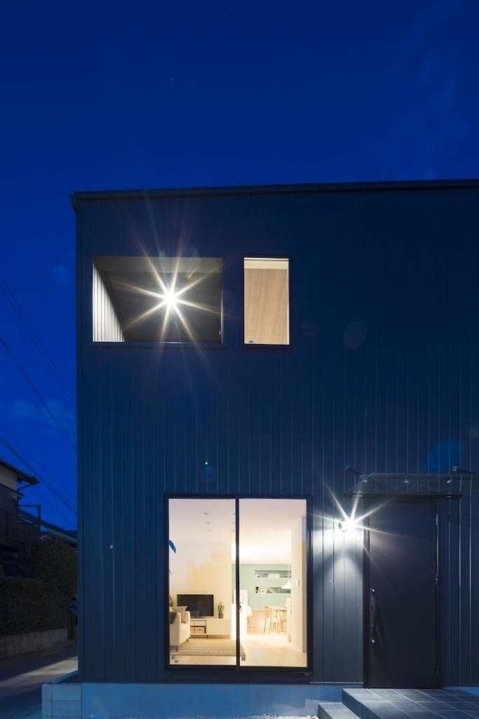 夜の外観 黒のガルバリウム鋼板