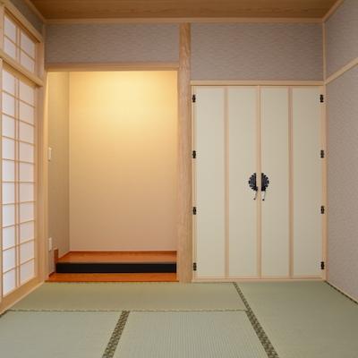和室。天然の絞り丸太。