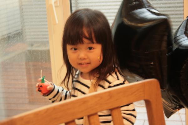 ハロウィンキャンドルにご満悦な3歳