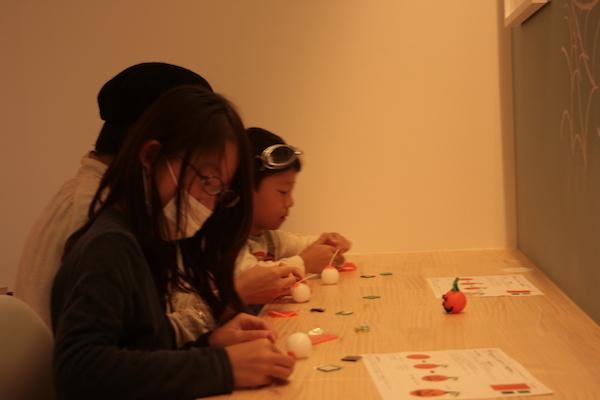 小学生がハロウィンキャンドルを作る