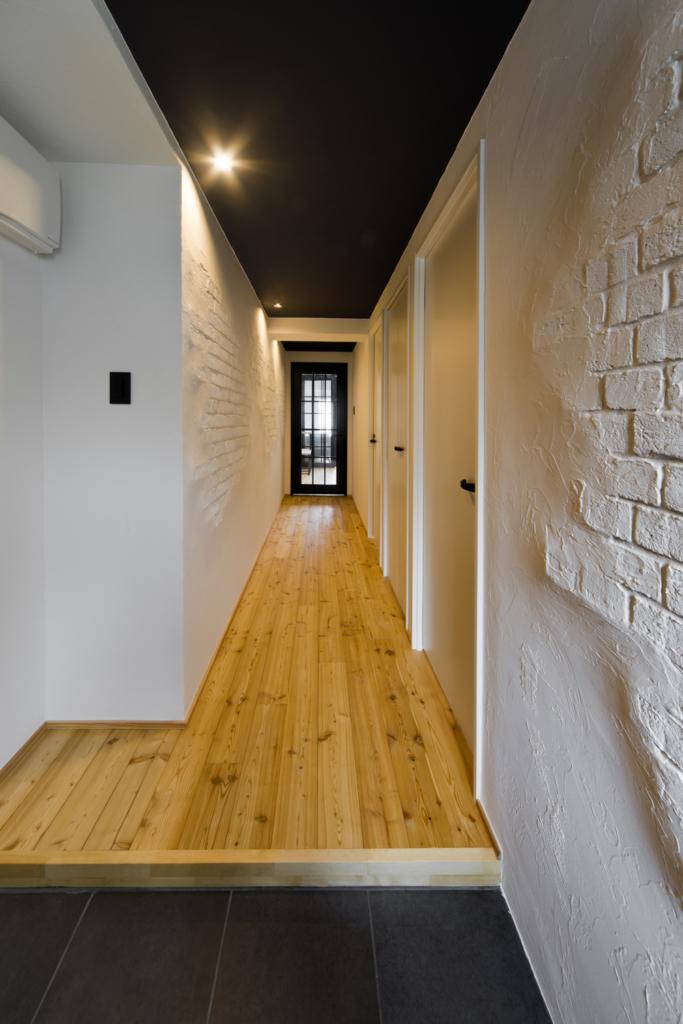 レンガ調の壁が洒落てる廊下