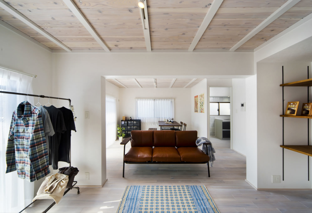 家具が映える白いリビング