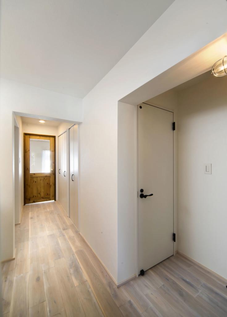 白基調の明るく広さを感じる廊下
