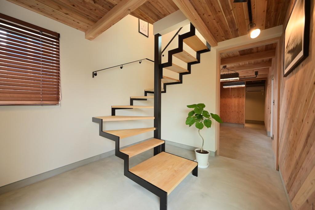 鉄骨階段 木製ブラインド