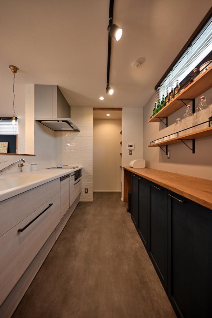 造作バックカウンターとパントリーのあるキッチン
