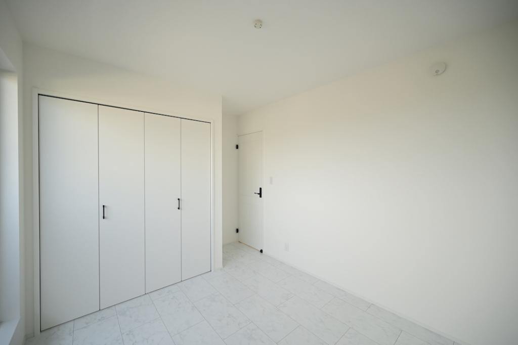 床や建具も全て白色の居室