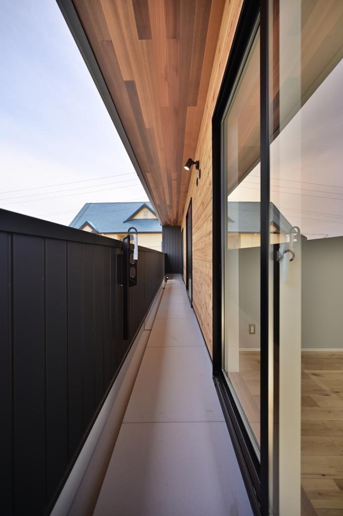 軒と外壁がレッドシダー貼りのバルコニー