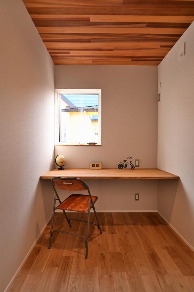 造作デスクのある書斎