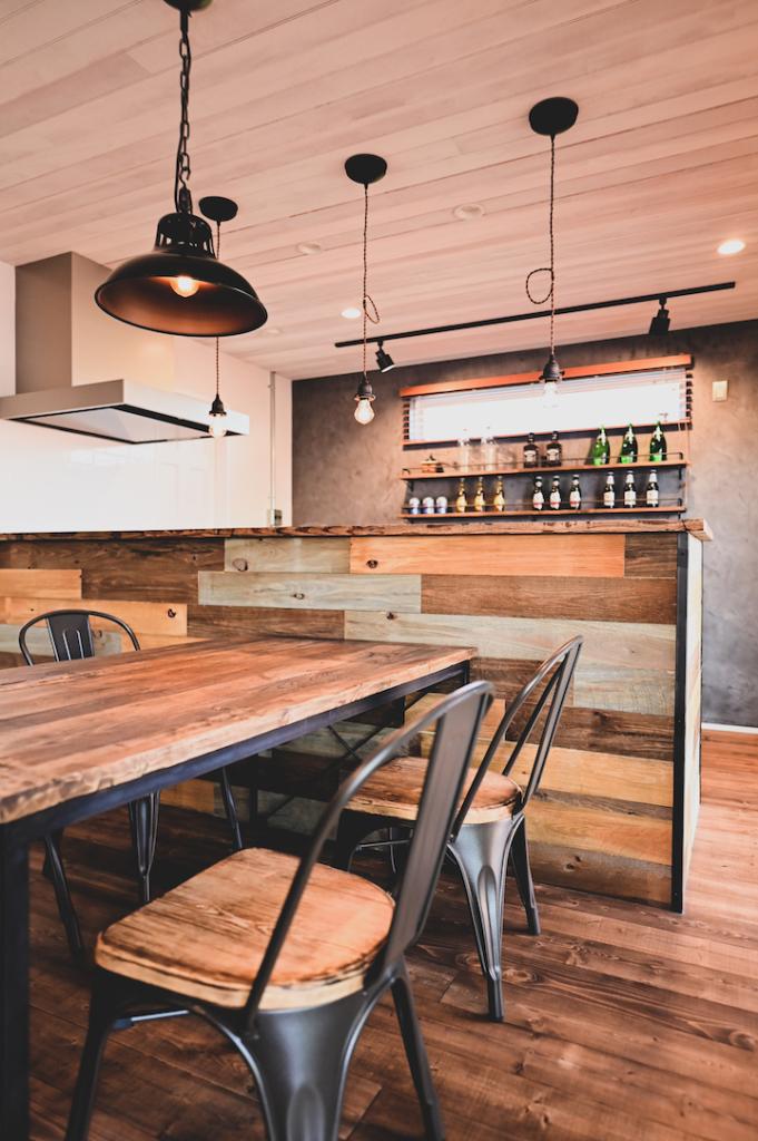 古風板×アイアンのキッチンカウンター写真。