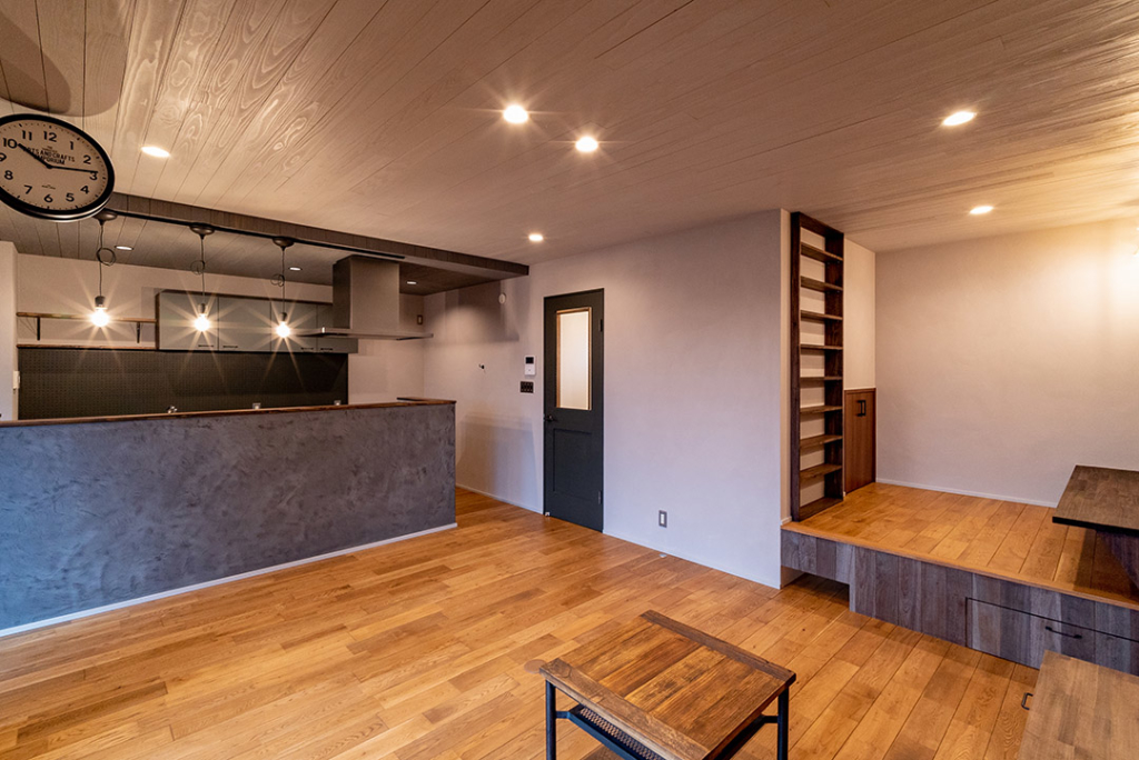 LDK キッチン 小上がり 趣味スペース ウォールクロック 漆喰 無垢材