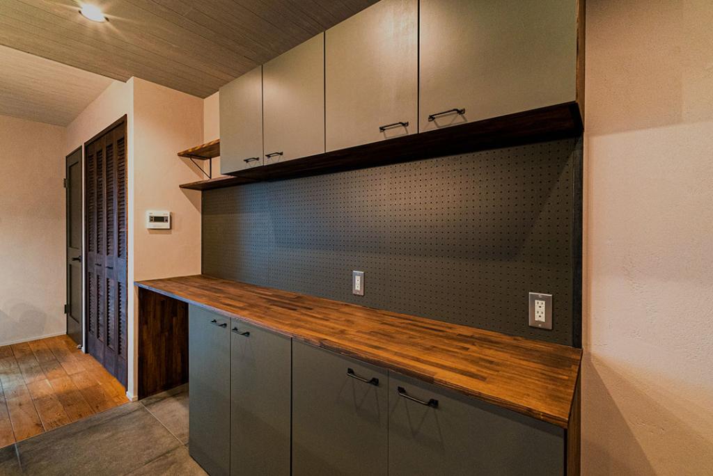 キッチン バックカウンター 有孔ボード 造作 照明
